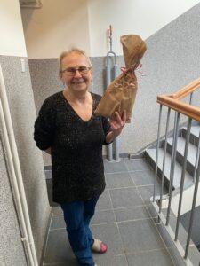 Zadowolona Seniorka Podczas Wręczania Upominka