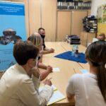 dzielnicowi i pracownicy socjalni podczas spotkania
