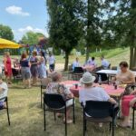 Seniorzy podzcas pikniku